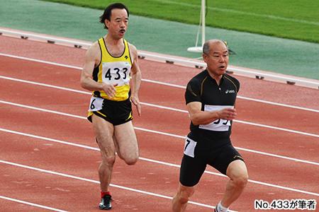 100mを激走する鈴木代表(左)